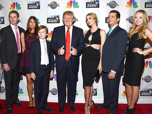 Donald Trump bên người vợ hiện tại và 5 đứa con.