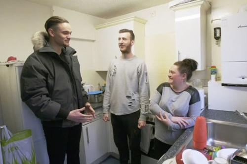 Alex thử cảm giác sống trong gia đình nghèo khó ở Bolton. Ảnh: The Mirror.