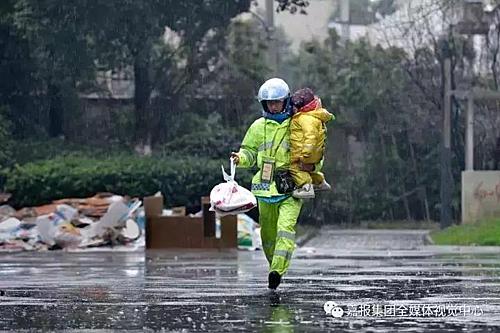 Một tay cầm túi đồ ăn takeaway, một tay bế con chạy dưới mưa, hình ảnh ông bố đơn thân ở Gia Hưng, Chiết Giang khiến nhiều người xúc động.