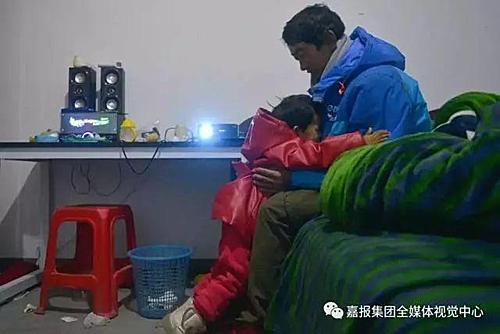 Câu chuyện của bố con Li thu hút sự quan tâm trên mạng xã hội Trung Quốc. Nhiều nhà hảo tâm đã giúp đỡ hai bố con. Chính quyền khu vực Li thuê trọ, hội phụ nữ, các trường cũng ngỏ ý giúp đỡ cho con gái anh tới trường và giúp Li một công việc tốt hơn.