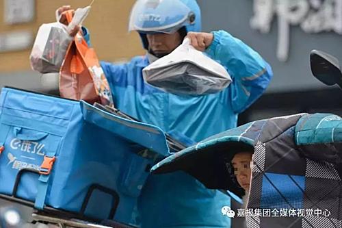Li Bangyong, 39 tuổi quê Vân Nam, đến Gia Hưng làm việc và lấy đồng nghiệp người Tứ Xuyên. Năm 2016 anh bị tai nạn nghề nghiệp dẫn đến bị thương ở tay. Mặc dù được bồi thường nhưng Li không thể làm việc trong xưởng nữa.