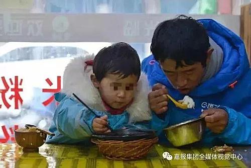 Hai bố con Li thường ăn trưa lúc 2 -3 giờ chiều và trở về phòng khi đã tối muộn. Lúc đó hai bố con đã kiệt sức.