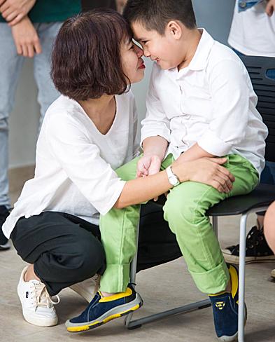 Chị Hiền luôn song hành cùng con trong nhiều hoạt động. Ảnh: NVCC.