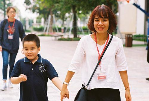 Cậu bé Bo được một nhóm bạn trẻ tổ chức một ngày đến trường cho em vào 1/3 và 8/3 vừa qua. Ảnh: NVCC.
