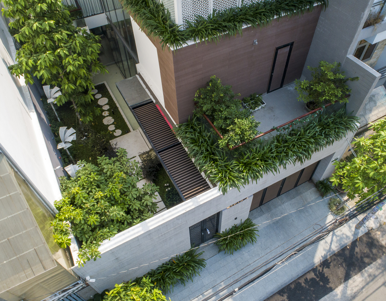 Cắt nửa đất làm sân vườn, nhà phố Sài Gòn đẹp như resort