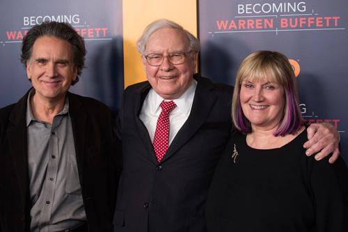 Warren Buffet và 2 người con Susan và Peter. Ảnh: