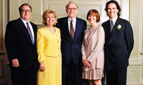 Gia đình Warren Buffet. Vợ đầu tiên của ông đã qua đời năm 2004 do ung thư miệng. Ảnh: NYT.