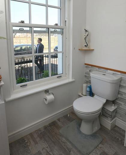 Toilet nhà anhJeff Lyle như lộ thiên với người đi ngoài đường. Ảnh: The Sun.