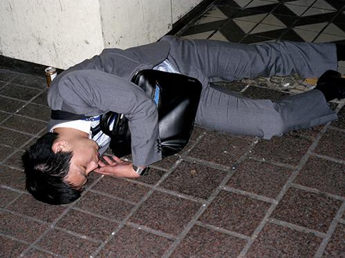 Dân công sở ngủ gật trên đường bộc lộ văn hóa làm việc kiệt sức ở Nhật - 9