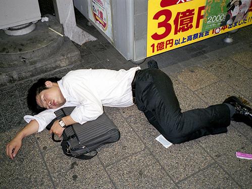 Dân công sở ngủ gật trên đường bộc lộ văn hóa làm việc kiệt sức ở Nhật - 3