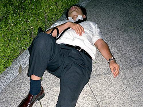 Dân công sở ngủ gật trên đường bộc lộ văn hóa làm việc kiệt sức ở Nhật - 4