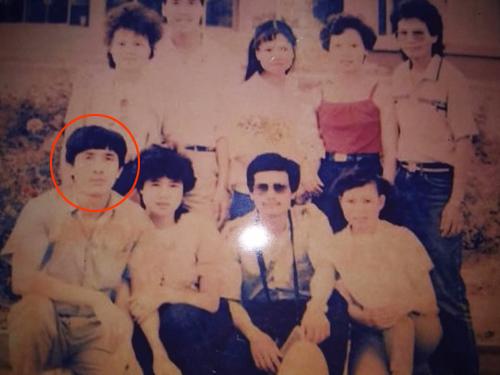 Bức ảnh có hình ông Phong (khoanh đỏ) được Risch giữ nhiều năm và được mang ra làm bằng chứng để hai bên xác nhận thông tin. Người phụ nữ bên cạnhlà người vợ chính thức. Ảnh: NVCC.