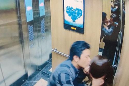 Hình ảnh người đàn ông trong thang máy bị camera ghi lại. Ảnh: Cắt từ video.