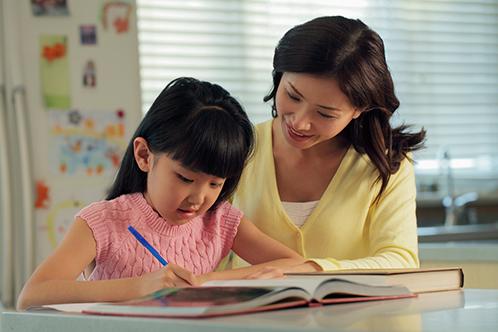 Để giúp trẻ thành công, cha mẹ không được phép quên việc học tập cùng con - Ảnh: Homeroomedu.
