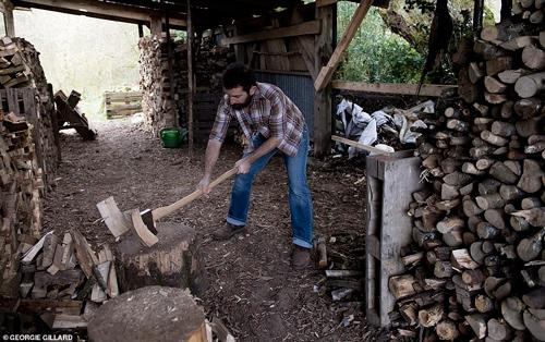 Mark thích thú với việc kiếm và bổ củi mỗi ngày.