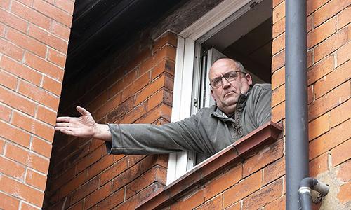 Ông Robinson phàn nàn không bán được nhà vì nhà hàng xóm cải tạo, mở rộng quá sát nhà ông. Ảnh: The Sun.