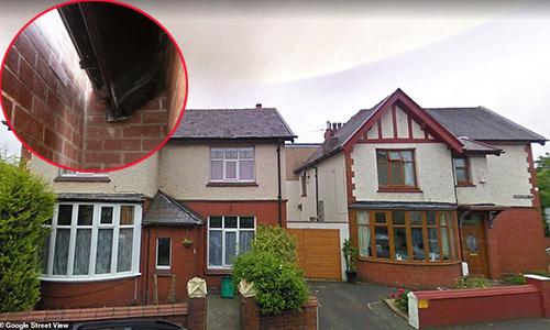 Khoảng cách gần nhất giữa hai ngôi nhà là gần 40 cm. Ảnh: The Sun.