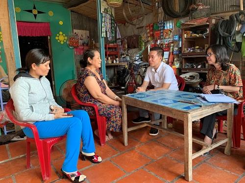 Đoàn công tác thăm hỏi các hộ gia đình được hỗ trợ vay vốn không lãi suất xã Nhơn Hưng, An Giang.