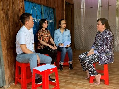 Đại diện Công ty BAT Việt Nam và Hội Liên hiệp phụ nữ Việt Nam thăm hỏi hộ gia đình được hỗ trợ vay vốn không lãi suất.