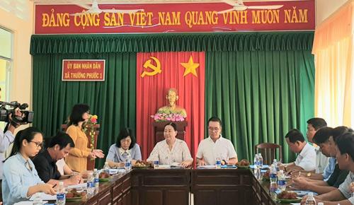 Đại diện BAT Việt Nam và Hội Liên hiệp Phụ nữ Việt Nam trao đổi với đại diện xã Thường Phước 1 (Đồng Tháp) về tình hình triển khai thực hiện chương trình.