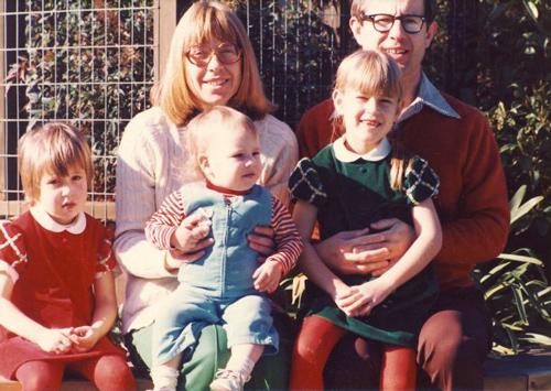 Bà Esther Wojcicki cùng chồng bà, ông Stan Wojcicki, và các con gái (từ trái sang) Janet, Anne và Susan (từng là người quyền lực nhất Google và hiện nay là CEO của YouTube) - Ảnh: WOJCICKI