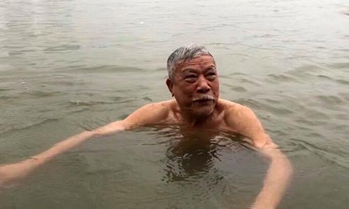 Vợ mất từ lâu, cụ Diễm được 5 người con ủng hộ đi bơi để giữ sức khỏe. Ảnh: Lệnh Thắng.
