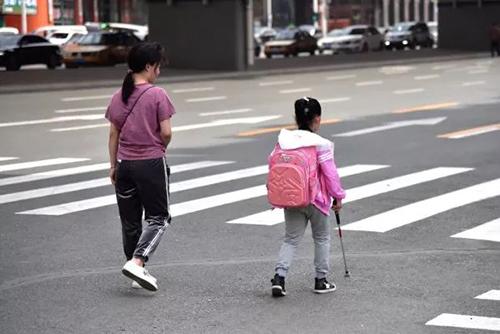 Mẹ cho con gái mù tự đi học một mình/mẹ giả vờ cho con gái mù đi học một mình để con có thể tự lập