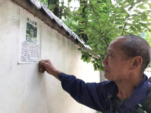 Ông Wang dán tờ rơi tìm vợ khắp mọi nơi ông đi qua. Ảnh: Beijing News.