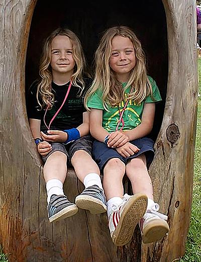 Hai cậu bé để tóc dài lúc 5 và 6 tuổi.