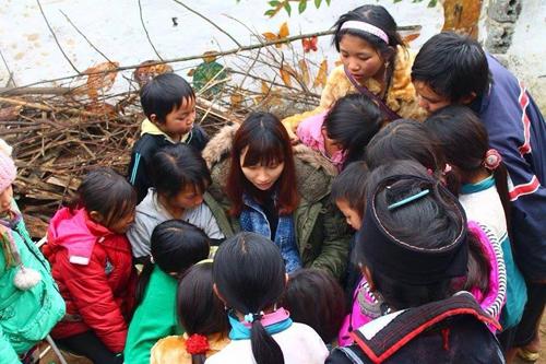 Vân đọc sách cho trẻ em SaPa. Ảnh: Vân Nguyễn.