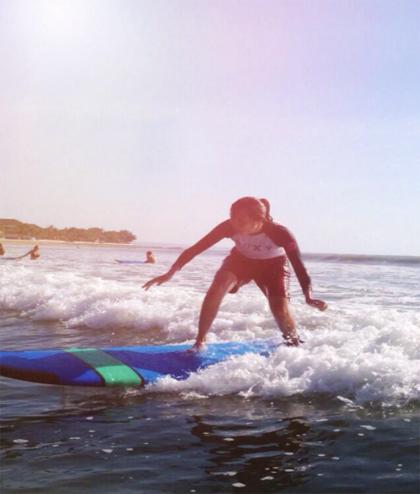 Hồng Vânlướt ván tại Bali, sau 5 ngày quyết tâm học bơi. Ảnh: Vân Nguyễn.