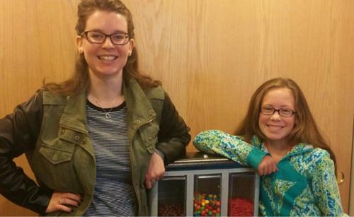 Tori Dunlap (trái) và cô bé 10 tuổi đã mua lại máy bán hàng tự động của cô. Ảnh: cnbc.