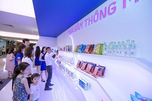 Booth trải nghiệm mua sắm thông minh bằng smartphone thu hút sự quan tâm của khá nhiều khách tham quan. Đây cũng là hình thức mua sắm hiện đại tại dự án trong tương lai, giúp cư dân mua sắm không cần tiền mặt hoặc thẻ.