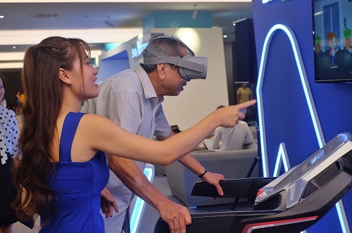 Nhiều vị khách lớn tuổi cũng đặc biệt thích thú hoạt động này. Khách mời tên Kỳ (60 tuổi) đeo thử kính thực tế ảo VR để ngắm đô thị thông minh Vinhomes Smart City. Theo ông, các công nghệ được áp dụng tại đô thị này hỗ trợ đắc lực cho người lớn tuổi.