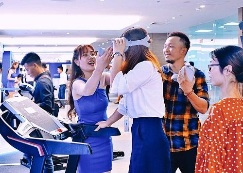 Một trong những hoạt động đầu tiên các khách mời, đặc biệt là bạn trẻ tìm đến là tại khu thể thao thông minh. Mỗi người sẽ đeo kính thực tế ảo VR, chạy bộ trên băng chuyền và vượt chướng ngại vật ảo để đến các tiện ích cảnh quan.