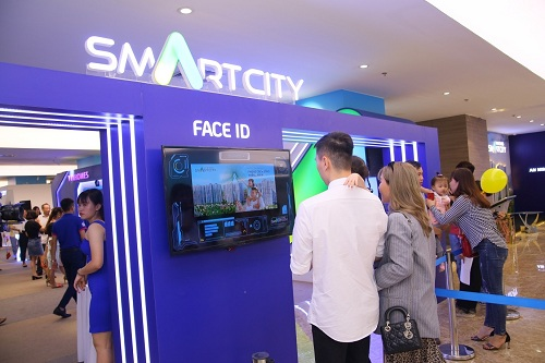 Khách hàng tham dự sự kiệncheck-in bằng Face ID -nhận diện gương mặt tại lối vào. Đây là công nghệ sẽ ứng dụng tại đô thị thông minh Vinhomes Smart City nhằm đảm bảo tính an ninh - an toàn tối ưu khi cư dân trở về khu căn hộ và vào thang máy.