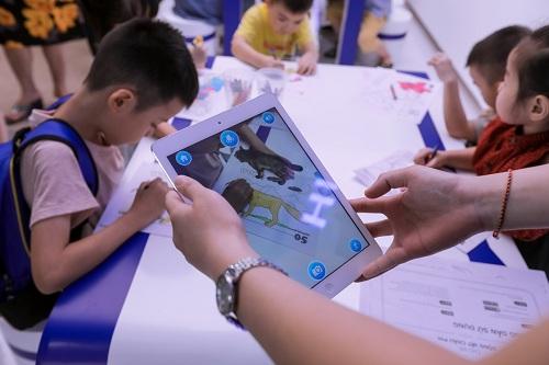 Sự kiện diễn ra vào cuối tuần, trùng dịp Quốc tế thiếu nhi nên thu hút nhiều lứa tuổi khác nhau tham dự. Bên cạnh các trải nghiệm công nghệ, chủ đầu tư đồng thời bố trí các trò chơi tương tác. Đơn cử với khu vực tô màu thông minh, bức tranh các bé vẽ trên giấy sẽ kết nối trực tiếp với điện thoại của bố mẹ hoặc trên các màn hình rộng như tivi, iPad để hiển thị nhiều hiệu ứng thú vị.