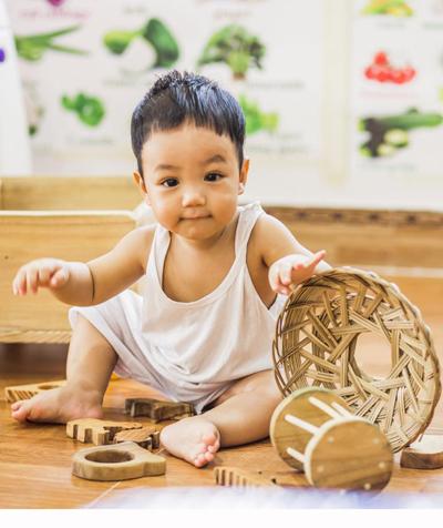 Con trai của Hân - Bắc(bên trái) thích chơi với nắng và đồ chơi gỗ bốlàm cho. Ảnh: H.B.