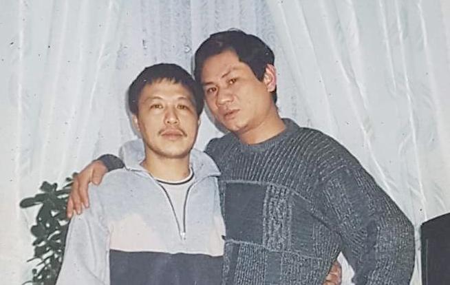 Ông Phạm Văn Hải (bên phải) chụp ảnh cùng một người bạn. Ông mất tích ở địa phận nước Pháp, khi đang đi xetừ Đức sang Anh năm 2006. Ảnh: T.V.