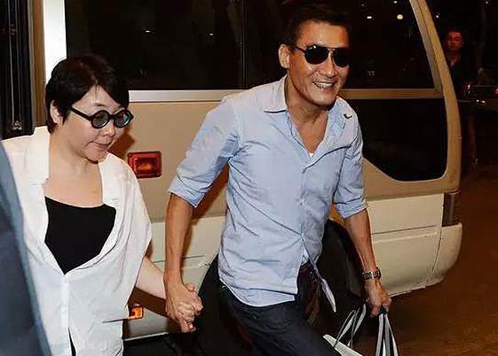 Lương Gia Huy - tài tử trong lòng bao người hâm mộ - trung thành với người vợ kém sắc suốt 30 năm. Ảnh: Abulouwang.