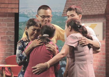 Chị Nga (trái) ôm lấy mẹ, đằng sau là con trai (áo vàng) cùngem gái vàcháu ngày 2/6, lần đầu tiên sau 44 năm xa cách. Ảnh: Như chia hề có cuộc chia ly.