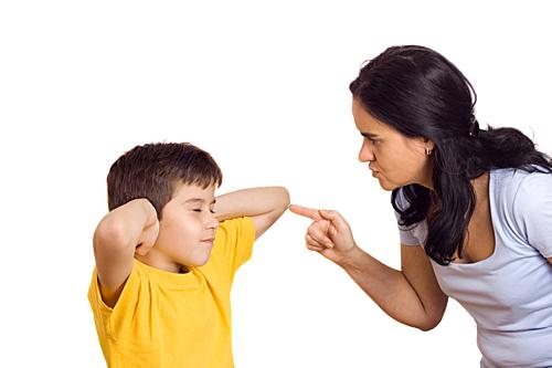 Cha mẹ nên nhìn lại mình trước khi trá.ch mắng con. Ảnh: Verywellfamily.