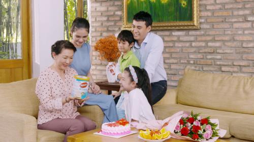 Thực phẩm bổ sung với công thức chuyên biệt cho người lớn tuổi, giàu đạm Whey, lợi khuẩn Probiotics, chất xơ Prebiotics, vitamin E, B6, B12 là món quà ý nghĩa cho cha mẹ.