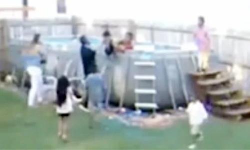 Bố mẹ mải nấu đồ, con 3 tuổi rơi xuống bể bơi - Đời sống