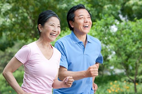Vận động nhẹ nhàng giúp tinh thần thư thái, có lợi cho cơ xương khớp của người già.