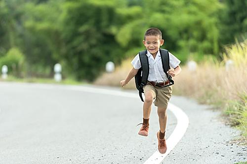 Trẻ dưới 5 tuổi cần vận động 3 giờ mỗi ngày. Ảnh: Azmogabg.