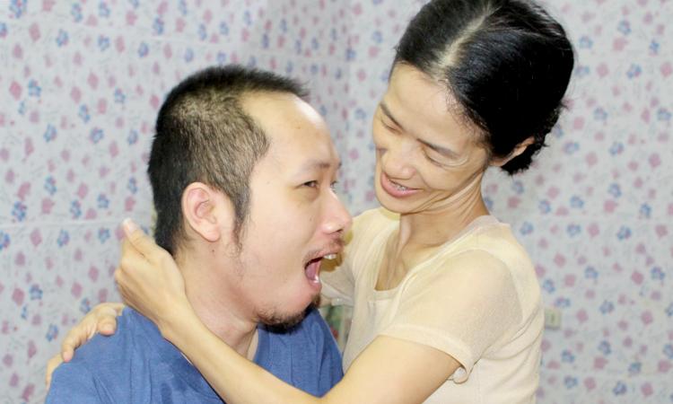 Nhiều lúc mệt mỏi, kiệt sức vì một thân gầy chăm chồng liệt hoàn toàn, chị Trang từng có ý định buông xuôi, ra đi cùng anh, nhưng tình yêu vẫn níu chị lại, đến giờ đã 10 năm. Ảnh: Nhật Minh.
