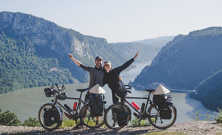 Hai vợ chồng Khánh Nguyên-Thibault Clemenceau vẫn đang trên hành trình về Việt Nam trên 2 chiếc xe đạp. Ảnh: NVCC.