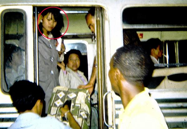 Kim Dung trên một chuyến xe bus về lại Sài Gòn học, sau khi biểu diễn ở Long Bình. Ảnh: NVCC.