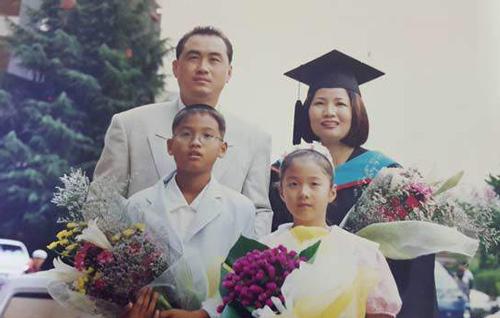 Bức ảnh cả gia đình bà Bae Sungmun chụp cùng nhau năm 1999, khi bà tốt nghiệp Đại học Sogang
